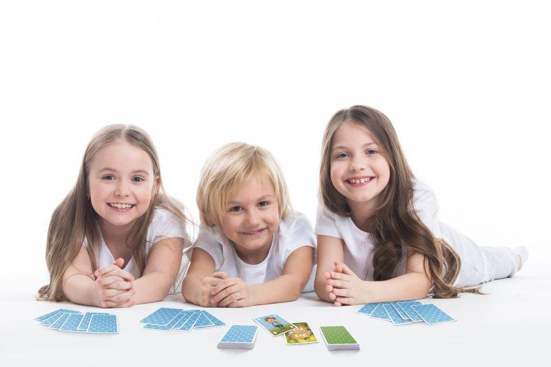 Kinder spielen mit dem Rechen Spiel Mathemeister Plus